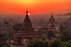 Solnedgång över bagan arkivfoton