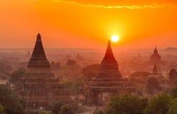Solnedgång över bagan royaltyfria bilder