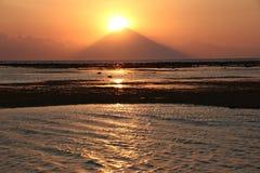 Solnedgång över Bali den högsta vulkan Mt Agung från den Gili ön Arkivfoton