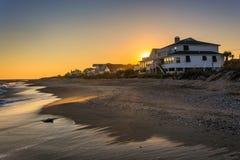 Solnedgång över beachfront hem på den Edisto stranden, South Carolina royaltyfri fotografi