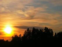 Solnedgång över Berezovskoye sjön Arkivfoton