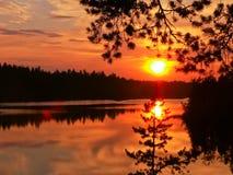 Solnedgång över Berezovskoye sjön Arkivbild