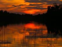 Solnedgång över Berezovskoye sjön arkivbilder