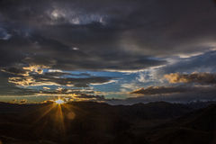 Solnedgång över berg Arkivfoton