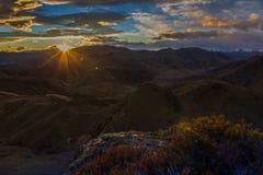 Solnedgång över berg Royaltyfri Foto