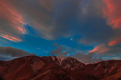 Solnedgång över berg Arkivbilder