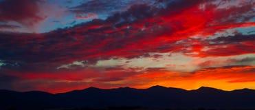 Solnedgång över berg Arkivbild