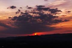 Solnedgång över berg eller kullar Arkivbild