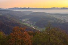 Solnedgång över berg nära Zurich, Schweiz royaltyfri bild
