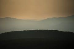 Solnedgång över berg Sikhote-alin royaltyfria foton
