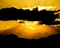 Solnedgång över bergen fotografering för bildbyråer