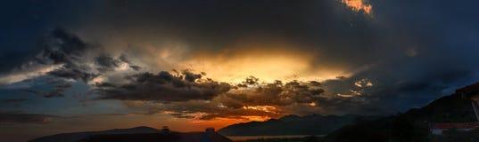 Solnedgång över bergen av den Kotor fjärden royaltyfria bilder