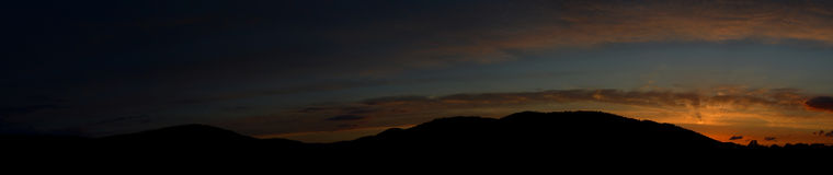 Solnedgång över bergen, slutet av en härlig dag Royaltyfria Bilder