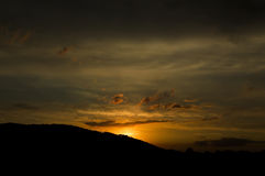 Solnedgång över bergen, slutet av en härlig dag Arkivfoton
