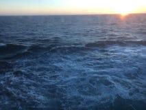Solnedgång över bergen som bryter till och med den tunga molnräkningen på Stilla havet i Alaska Amerikas förenta stater royaltyfria bilder