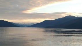 Solnedgång över bergen som bryter till och med den tunga molnräkningen på Stilla havet i Alaska Amerikas förenta stater royaltyfri fotografi