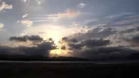 solnedgång över berget i molnen stock video