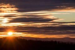 Solnedgång över berget, sikt från den Kopitoto kullen, Vitosha berg, Sofia, Bulgarien arkivfoton