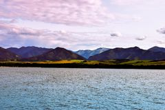 Solnedgång över bergsjön royaltyfri fotografi