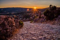 Solnedgång över bergslinga Arkivfoton