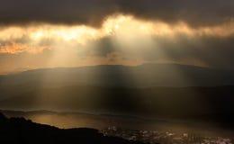 Solnedgång över bergträden Arkivfoto
