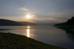 Solnedgång över Bicaz sjön Arkivfoto