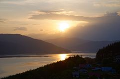 Solnedgång över Bicaz sjön, nära den Ruginesti byn royaltyfria bilder