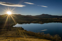 Solnedgång över björnliten vik sjön Royaltyfri Bild