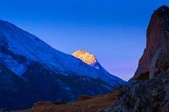 Solnedgång över blåa Caucasian bergmaxima Royaltyfri Foto