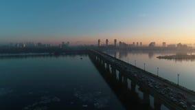 Solnedgång över bron i Kyiven arkivfilmer