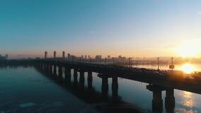 Solnedgång över bron med trafik i staden arkivfilmer