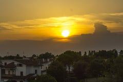 Solnedgång över brunnsortstaden Royaltyfri Fotografi