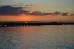 Solnedgång över bryggan Arkivbilder