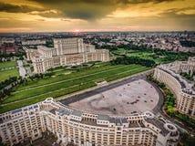 Solnedgång över Bucharest Rumänien Flyg- sikt från helikoptern royaltyfri fotografi