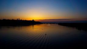 Solnedgång över The Creek av staden Arkivbilder