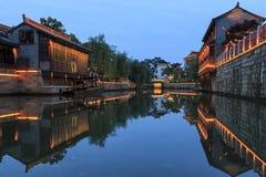 Solnedgång över Daohe den gamla staden i Taizhou, en av Jiangsu städer arkivfoto