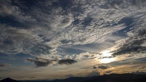 Solnedgång över de Andean bergen royaltyfri bild
