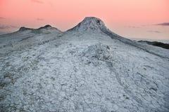 Solnedgång över de leriga volcanoesna Arkivbild