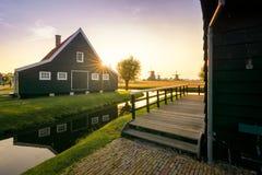 Solnedgång över de traditionella husen på Zaansen Schans fotografering för bildbyråer