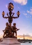 Solnedgång över den Alexandre III bron royaltyfria foton