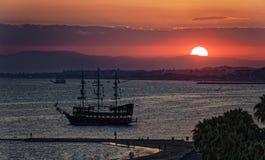 Solnedgång över den Antalya fjärden Arkivfoton