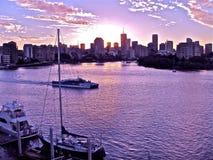 Solnedgång över den Brisbane floden och Brisbane Queensland Australien Arkivfoto