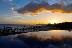 Solnedgång över den Cabo stranden i Mexico från ett avstånd Royaltyfri Fotografi