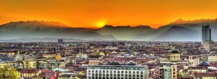 Solnedgång över den fjälläng- och Turin staden arkivfoton