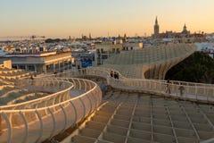 Solnedgång över den gamla staden av Seville arkivbild