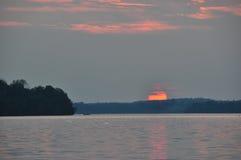 Solnedgång över den kanadensiska sjön Royaltyfri Foto