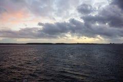Solnedgång över den Kiel fjorden efter en storm Royaltyfri Bild