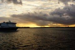 Solnedgång över den Kiel fjorden efter en storm Arkivfoton
