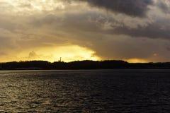 Solnedgång över den Kiel fjorden efter en storm Arkivbild