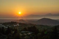 Solnedgång över den Kos ön/Zia Arkivbild
